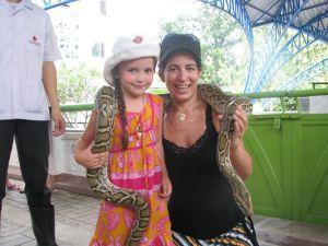 Céleste, Angèle et un gros serpent