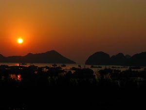 Couché de soleil dans la Baie d'Halong