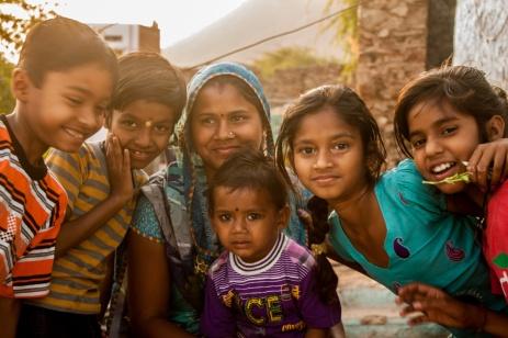 Enfants et femme du village