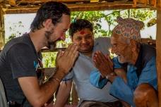 Recevoir la bénédiction du père de Bimalha